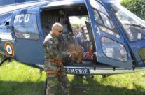 Le Fils De Brundenlaws Vandal Monte Dans L' Helicopter Pour Son Travail